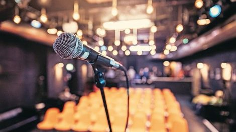 Microphone_stand_in_an_event_hall,_lights,_no_people