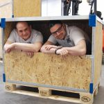 Aufgeräumt: Tobias Schrade (li.) und Timo Bisinger in ihrer Transportkiste. Bilder: Döttling