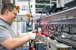 Deutsche_ACCUmotive_GmbH_&_Co._KG,_Kamenz:_Montage_von_Kühlschläuchen_an_Batteriemodulen.____