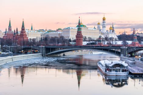 Moscow_Kremlin_and_Moscow_river_in_winter_morning._Pinkish_and_golden_sky_with_clouds._Russia