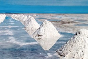 Hills_of_salt_-_salt_extraction_area_at_the_world's_biggest_salt_plain_Salar_de_Uyuni,_Bolivia