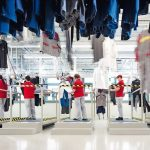 Die_Berufskleidung_ist_bei_der_MEWA_Qualitätskontrolle_angekommen_und_wird_von_den_Mitarbeiterinnen_und_Mitarbeitern_auf_Mängel_überprüft.