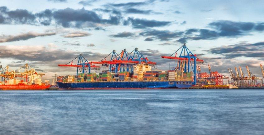 Überlastete Containerterminals, lange Wartezeiten, explodierende Preise für Transporte über die Weltmeere. Damit habe, laut Habben Jansen, Chef der Hamburger Reederei Hapag-Lloyd, keiner gerechnet. Bild:niemannfrank/stock.adobe.com