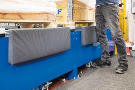 Knieschutz_an_einer_Verpackungslinie_bei_SKF_GmbH__Logistics_Germany_Gunnar-Wester-Straße_12_-_97421_Schweinfurt_-_Germany