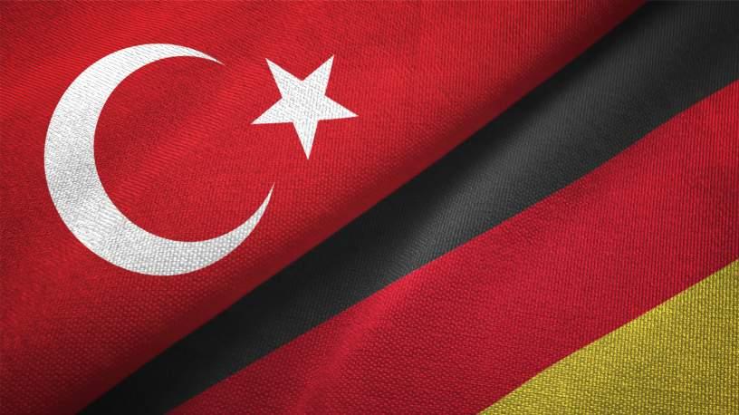 Deutsche und Türkische Fahne als Symbol der Zusammenarbeit