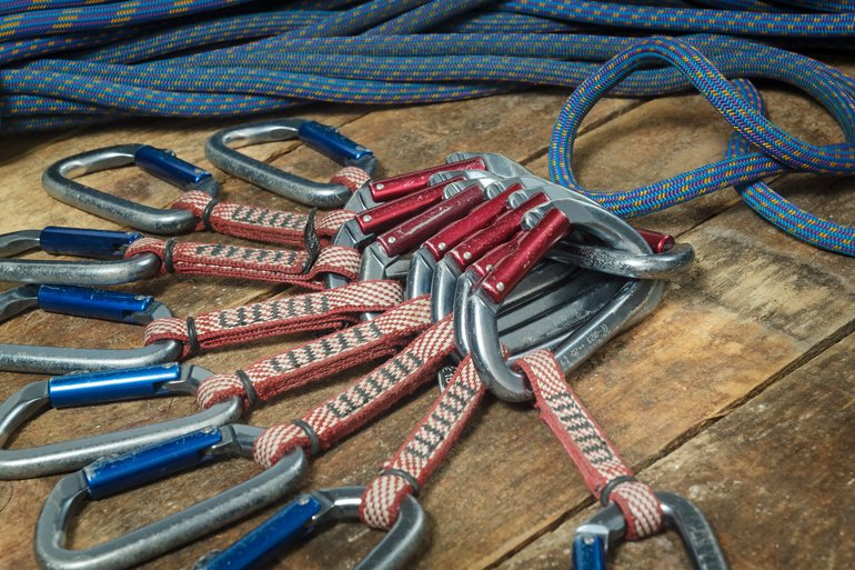 Climbing_rope_and_equipment_on_wooden_boards._Carabiners_and_slings