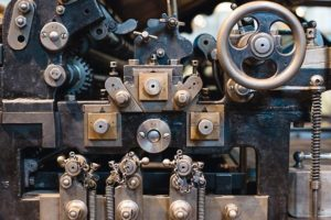 Close-up_view_of_an_old_printing_machine.
