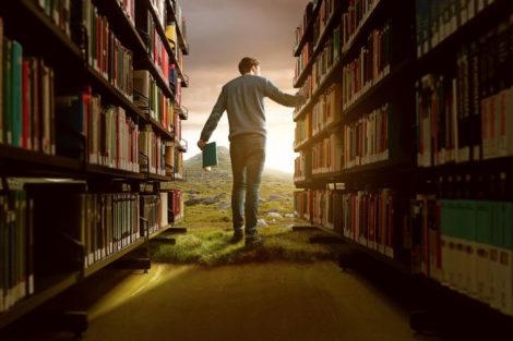 Mann_in_Bücherei_mit_lebhafter_Fantasie_