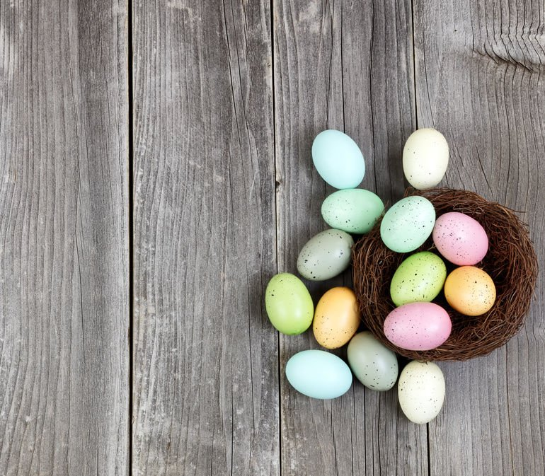 Colorful_eggs_on_Vintage_Wooden_Planks_for_Easter_Background_