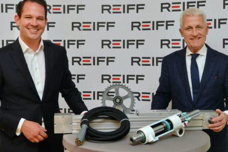 Alec und Hubert Reiff vor dem neuen Logo